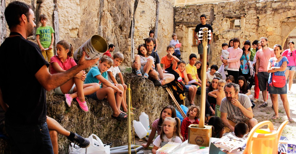 Taller de construcción de instrumentos musicales en WIM2014 (Frías, Burgos)